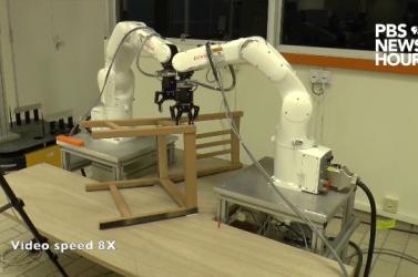 Robotok szereltek össze egy lapraszerelt bútort