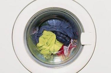 Egy pohár vizet fogyasztó mosógép