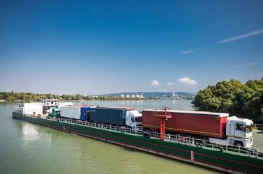 Leállították a Párkány és Esztergom között közlekedő teherkompot