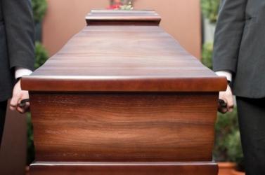Olyan ruhát választott nagyapja temetésére, ami minden biztosítékot kivert (FOTÓ)
