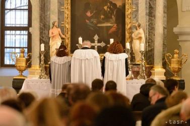 Védőmaszk és megfelelő távolság nélkül tartottak misét, ezért őrizetbe vették az egyházi személyeket