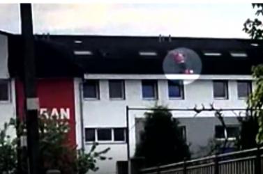 Fennakadt a tetőn a fickó, a rendőrök mentették meg