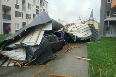 VIHAR: Parkoló autókra zuhant a tető, megáradt folyó ejtette rabul két autó utasait