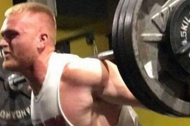 Fekvenyomás közben az egyetemista nyakára zuhant a 142 kilós súly
