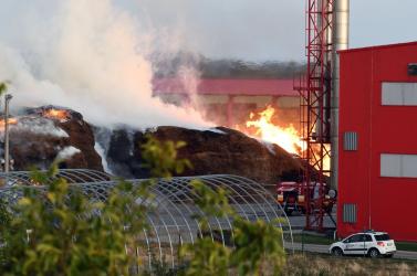 Hatalmas lángokkal égett a faforgács a tőketerebesi hőerőműnél!