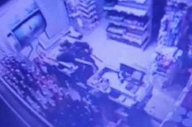 """Betörtek egy boltba, kemény """"láncdohányost"""" keres a rendőrség (videó)"""