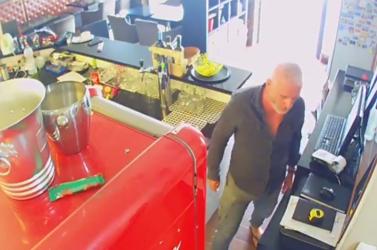 """""""Rendes"""" tolvaj: visszavitte a lopott pénztárcát – üresen (VIDEÓ)"""