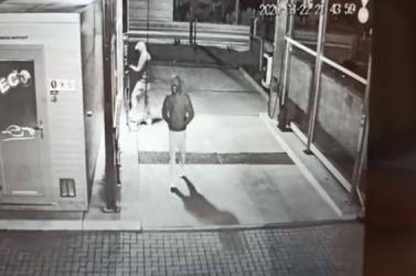 Ismeretlen elkövetők fosztották ki a kézi autómosókat – őket keresi a rendőrség (videó)