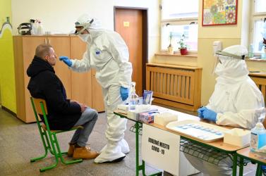 Koronavírus - A szombati pozitív PCR-tesztek Dunaszerdahelyt és Galántát is az élmezőnybe küldték