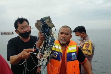 A búvárok rábukkantak a lezuhant indonéz utasszállító repülőgép roncsaira