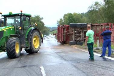 BALESET: Felborult járgányával a siheder traktorista!