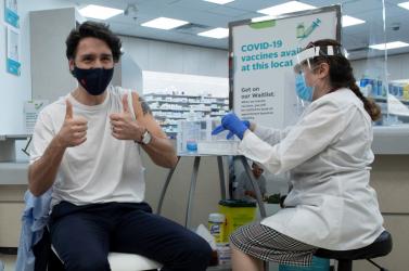 A kanadai miniszterelnök is AstraZeneca vakcinát kapott