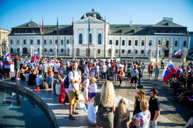 Népirtás miatt is tüntetnek az oltásellenesek és járványtagadók az elnöki palota előtt Pozsonyban!