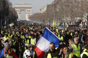 Harmadik hónapja tüntetnek a sárgamellényesek Franciaországban