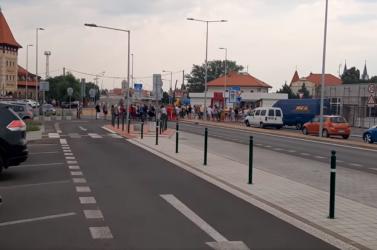 Tüntető tömeg blokkolta a határátkelőt Komáromban és Párkányban