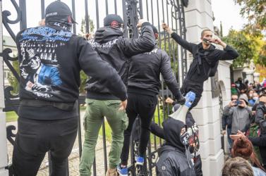 Vírus- és kormányellenes futballhuligánok randalíroztak Pozsonyban! A balhé rendőrségi vízágyúval végződött!