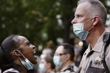 Több tucat embert vettek őrizetbe a varsói Covid-ellenes tüntetésen