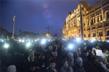 Több ezren tüntetnek Budapesten a régió legjobb egyeteméért