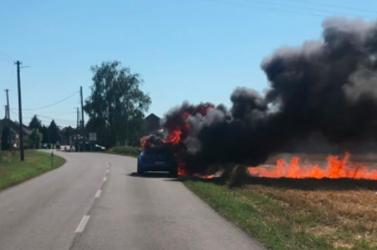TŰZESET: Óriási füsttel lángolt egy személyautó Tanynál (videó)