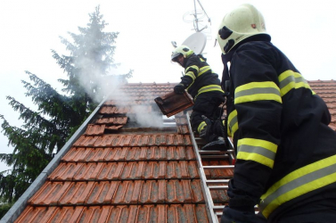 Megsérült egy csecsemő a lakástűzben, 20 tűzoltó küzd a lángokkal