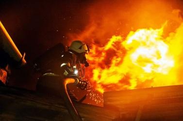 63 tűzoltó oltotta a tüzet Óbudán - videók a helyszínről!