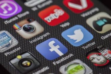 Akik a közösségi médiából tájékozódnak, könnyebben hiszik el a vírustévhiteket