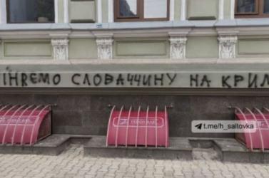 Összefirkálták a szlovák konzulátus épületét, így reagáltak Matovič idétlen poénjára Ukrajnában