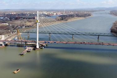 20 ezer köbméter beton, 7 ezer tonna acél - Nyáron adhatják át az új komáromi Duna-hidat (VIDEÓ)
