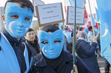 Berágtak a kínaiak, mert a H and M, a Nike és az Adidas nem hajlandó tőlük ujgur kényszermunkával előállított alapanyagot vásárolni