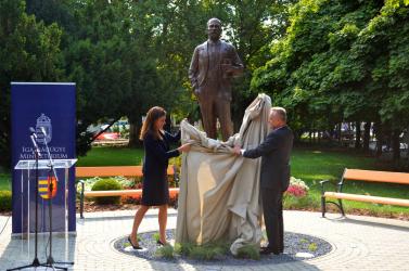 Kicsoda Szladits Károly, akiről a dunaszerdahelyiek alig hallottak, mégis a magyar igazságügyi miniszter érkezett felavatni a szobrát?