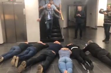 Megint verik a parlamenti képviselőket a magyar televíziónál? Most szanaszét hevernek a földön a politikusok - ÉLŐ ADÁS