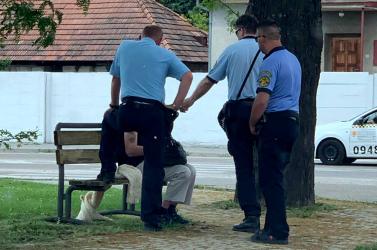 """Hány városi rendőr kell egy hajléktalan """"megjavításához"""" Dunaszerdahelyen?"""