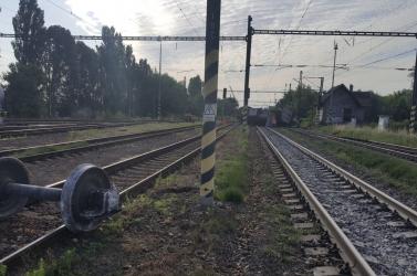 SZÖRNYŰ: Kihajtott a gyorsvonat elé a sofőr, 18 éves utastársa nem élte túl!