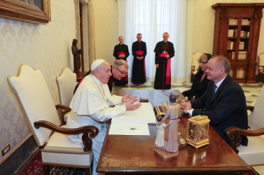 Ferenc pápa ajándékot küldött Róbert Bezáknak
