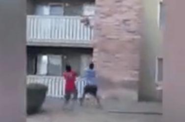 BORZALOM: Kidobta gyerekét a lángoló lakásból az anya, ő viszont már nem jutott ki (videó)