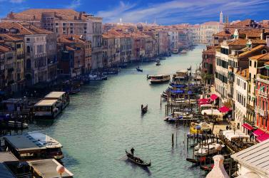 250 euróra büntettek egy bikiniben napozó nőt Velencében
