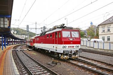 Megbénult a vonatforgalom! Egyes vonatok több mint 100 percet késnek