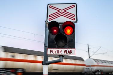 Elszabadult teherkocsi tette tönkre a fényjelzőt az úszori vasúti átjárónál