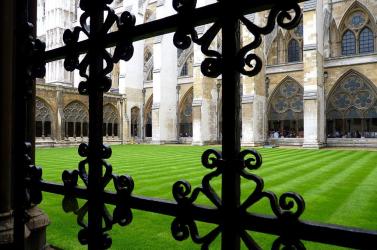 Csak az angolkatolikus egyházon belül több ezergyermeket molesztáltak az utóbbi évtizedekben