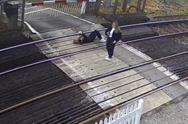 VÉRFAGYASZTÓ: A síneken fekve játszott a mobiljával a fiatal lány