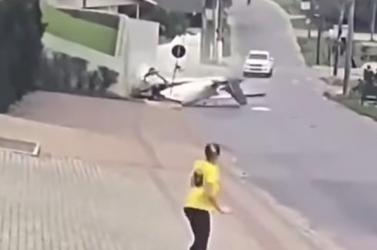 DURVA: Videón, ahogy útra zuhan egy kisrepülőgép