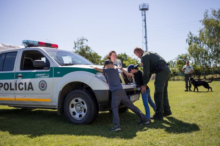 Rendőrök és rendőrkutyák az alapiskola udvarán