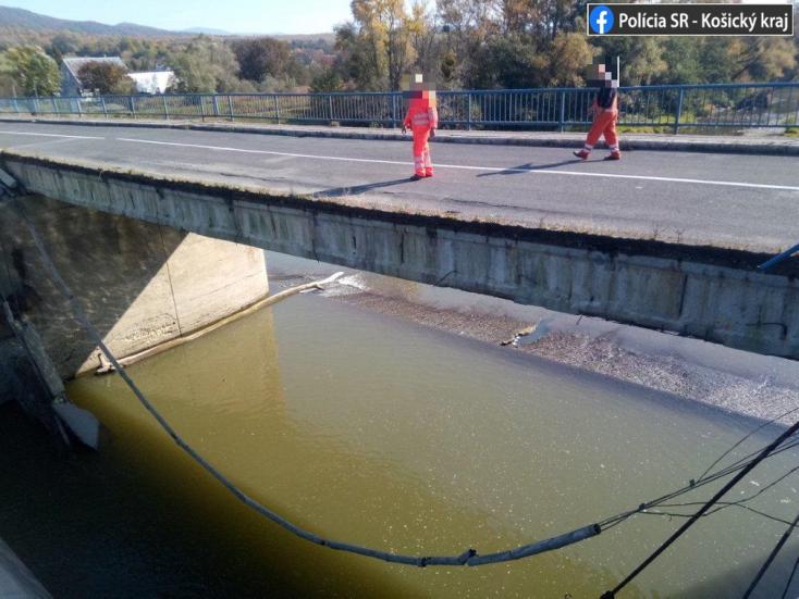 Leszakadt és a folyóba zuhant egy forgalmas híd egy része