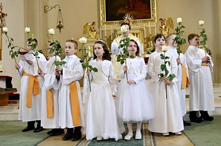 Elsőáldozásra készülődtek a fehér ruhába öltözött kisdiákok Egyházkarcsán