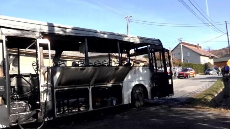Kigyulladt az utasokat szállító autóbusz, teljesen kiégett