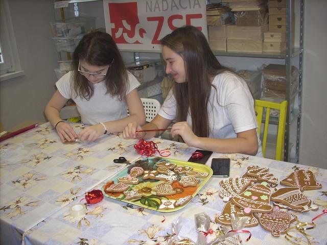 Cukrásztanulók az adventi alkotóműhelyben