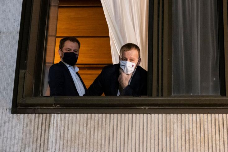 LÉNYEG: Egy fuvar trágya a kormányhivatal előtt, újabb mélységekben Matovič Facebook-kommunikációja, a kormányválság pedig – várhatóan – csütörtökön is folytatódik