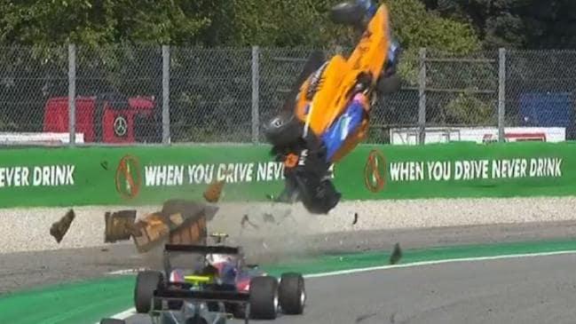 Ijesztő baleset és csigolyatörés történt a Forma-3-ban (VIDEÓ)