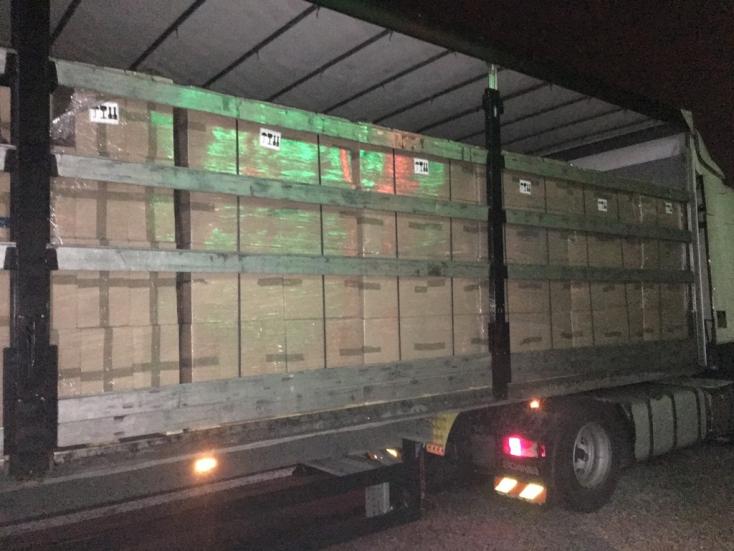Lekapcsoltak egy kamiont a 63-ason, elképesztő mennyiségű hamis cigit szállított – FOTÓK