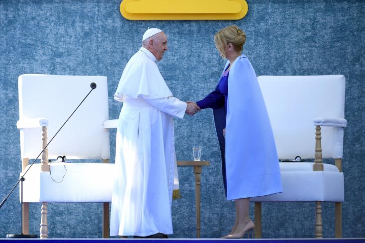 LÉNYEG: Ferenc pápa a testvériség terjesztését hirdette Pozsonyban, de a szlovák rendőrséget ez nem hatotta meg, folytatódik a belháború